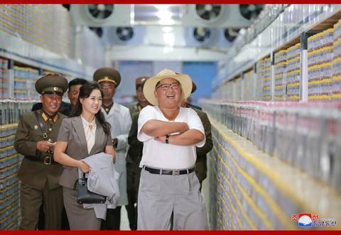 金正恩视察海鲜酱工厂 满意称赞真令人眼馋