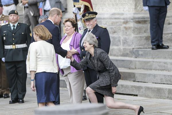 同赴法出席活动, 英国首相向威廉王子行屈膝大礼
