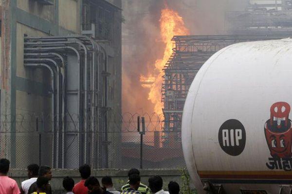 印度孟买炼油厂突发大火 致超过20人受伤