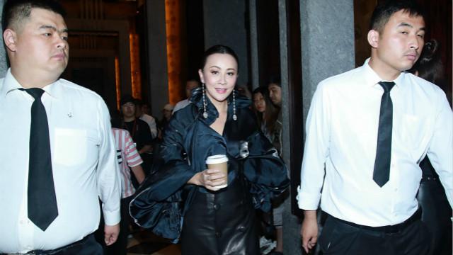 刘嘉玲穿黑衣离场气场强大 见拍照微笑回应