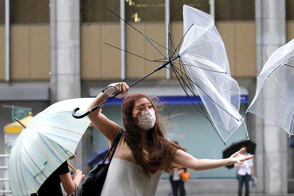 """台风""""姗姗""""来袭 日本民众伞被吹翻 出行艰难"""