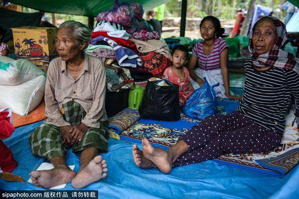 印尼龙目岛发生7.0级地震 村民房屋被毁暂居当地临时避难所