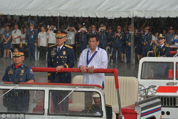 菲律宾总统冒雨出席警察纪念日 直升机掀翻遮雨棚状况频出