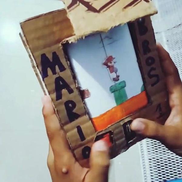 有才!委内瑞拉小伙用纸板瓶盖自制超级马里奥游戏