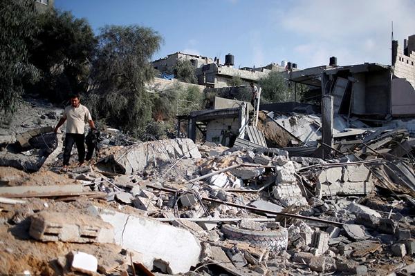 以色列战机轰炸加沙致当地民居成废墟 平民在空袭中死亡