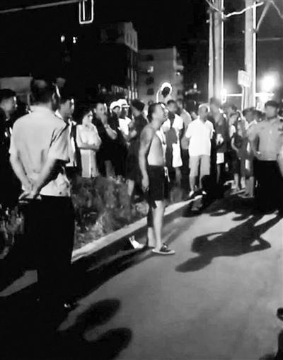 男子不堪广场舞骚扰刀砍音响设备 被特警制服