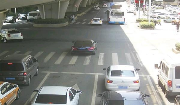 违章照片上红灯是P上去的?交警回应:系光晕造成