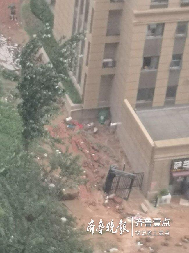 济南小区墙体倒塌砸死两女子 小区:墙非小区所砌