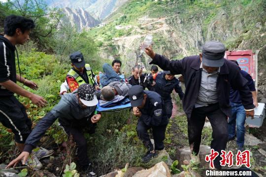 云南一货车冲下悬崖幸被巨石拦住 警民联合救援