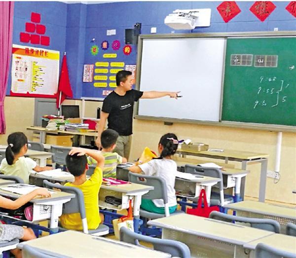 杭州语文老师免费给外来务工子弟上书法课:谈不上是教育理想