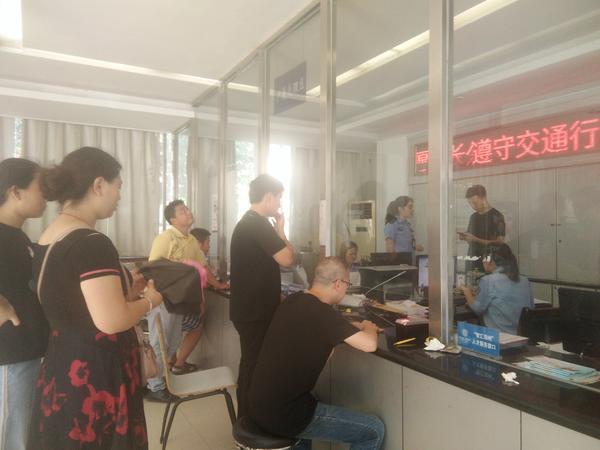 郑州一派出所大厅没空调没水喝、厕所不给用,办事员称管不了