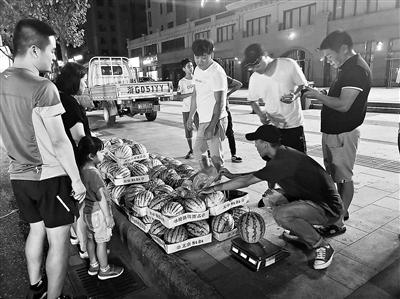 """""""西瓜男孩""""暑假卖7万斤瓜攒学费 曾退回好心人捐款"""