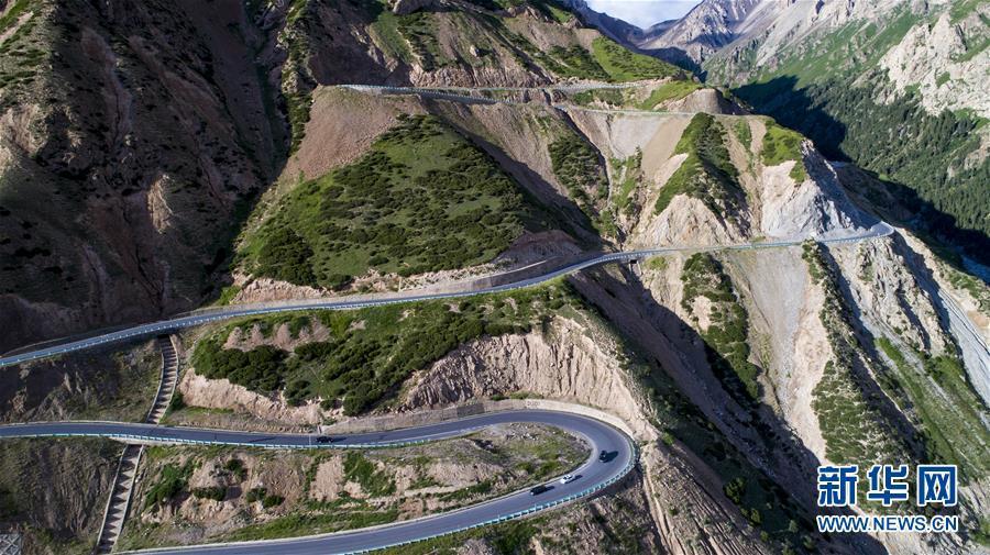 连续转弯的独库公路盘山道(2017年7月15日无人机拍摄).