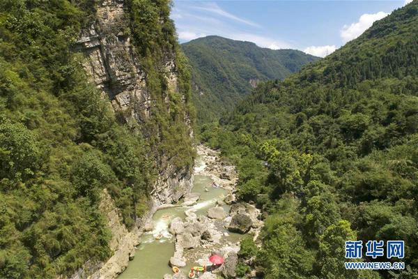 穿行峡谷间 漂流健身乐