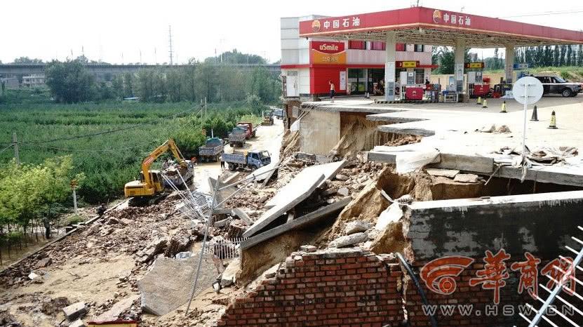 陕西榆林暴雨后货车被困淤泥中