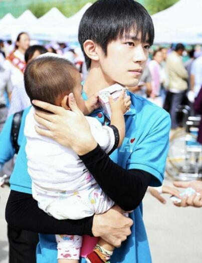 易烊千玺抱小孩轻松、王源抱小孩专业,王俊凯抱小孩表情都变了