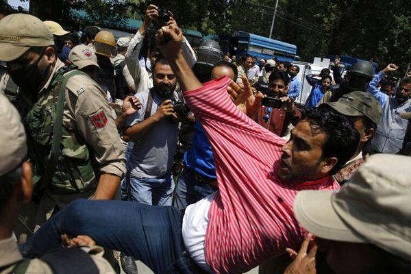 印控克什米尔教师游行要求涨薪 与警察激烈冲突