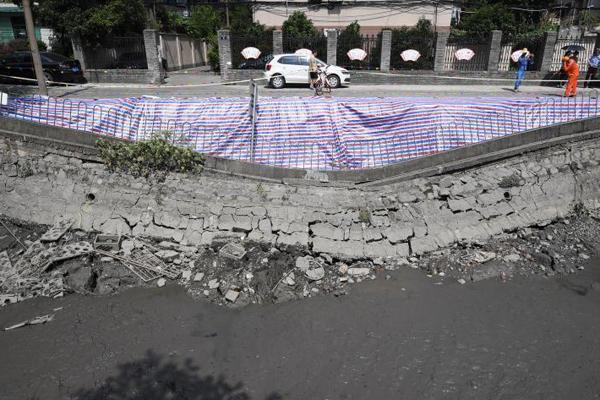 杭州西湖区发生河堤塌陷 造成两车陷落无人员伤亡
