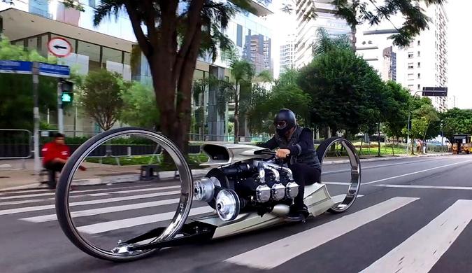 巴西一车手打造极具未来感的摩托车:搭载飞机引擎