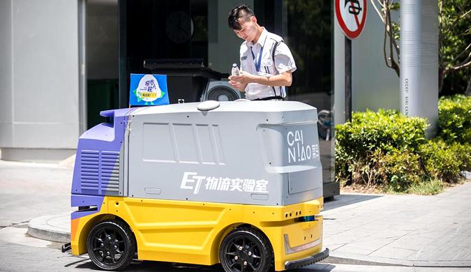杭州持续高温 无人车上街给室外工作者送水