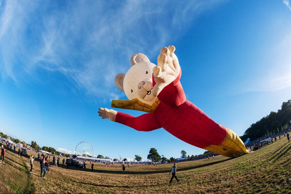 """英国布里斯托尔气球嘉年华 """"鲁珀特熊""""气球展臂迎游客"""