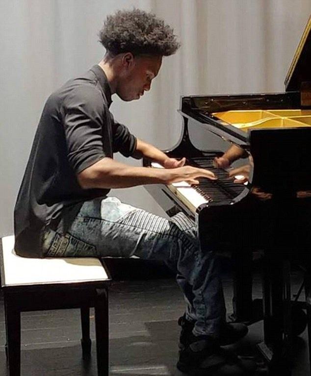 美男孩天生仅有四根手指 自学钢琴琴技高超引人称赞