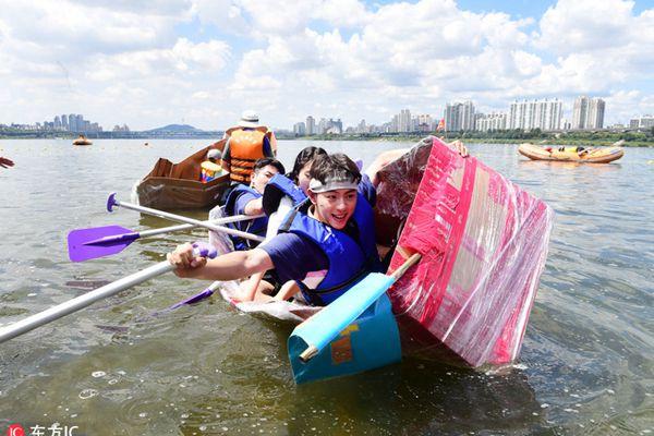 韩民众参加划纸船大赛 边划边沉一片欢闹
