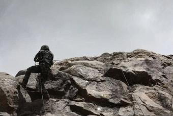 军事比赛我军队长崖壁跌落