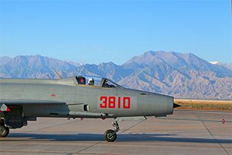西安飞行学院采用歼教7战机演练战术特技