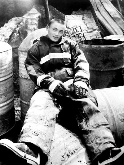 消防员回乡探亲时救人牺牲