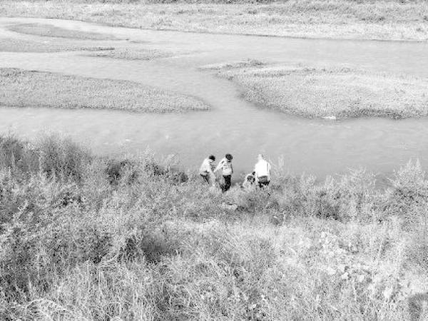 七旬老妇因四个儿子不赡养投河 幸被警察及时救起