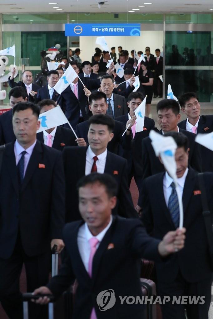 朝鲜工人足球队抵达韩国:举统一旗 戴领袖徽章