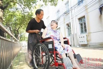 残疾夫妻相濡以沫:结婚30多年没让妻子单独出过门
