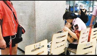 怀孕乘客地铁站内晕倒 工作人员用手臂当靠枕