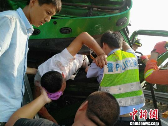 """车祸司机倒悬车外 """"90后""""交警用肩膀托起生命重量"""