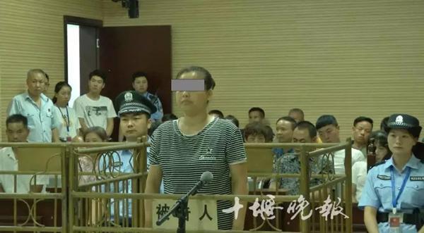 """女""""老赖""""欠950万获刑 40名""""老赖""""旁听1人当场被拘"""