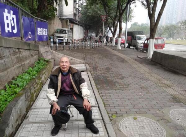 80岁老人义务给残疾兄妹送教3年多:只要我在,就会一直教