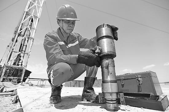 """走进""""大国工匠""""的石油人——记西部钻探井下工具工谭文波"""