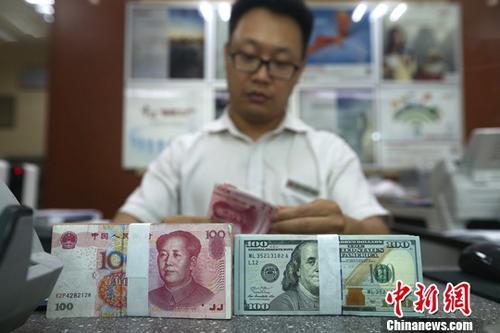 7月25日,山西太原一银行工作人员清点货币。当日,来自中国外汇交易中心的数据显示,人民币对美元汇率中间价报6.8040,较前一交易日下跌149个基点。中新社记者 张云 摄