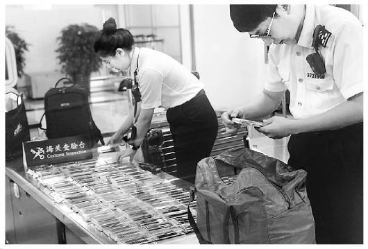 一旅客带5900条假睫毛被截获 旅客通关违规携带物品五花八门