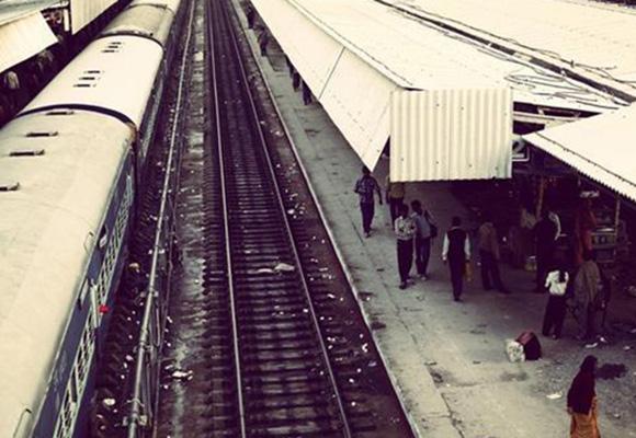 弥漫着咖喱味和体臭!实拍脏乱的印度火车