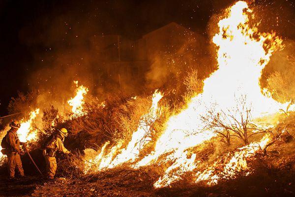 美国加州山火火情持续发酵 死亡人数总计升至10人