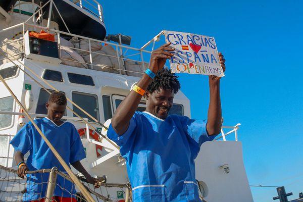 """87名非洲难民在地中海获救 上岸后他们向救援者""""比心"""""""