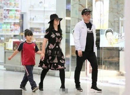 李湘一家现身机场,王诗龄不穿大牌变土妞,网友却说是最美的一次