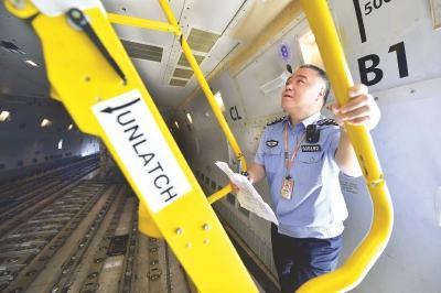 """上海机场边检站民警:每次钻进飞机""""肚子""""都像蒸桑拿"""