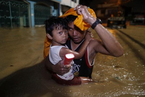 """热带风暴""""摩羯""""在菲律宾引发暴雨洪灾 居民连夜疏散"""