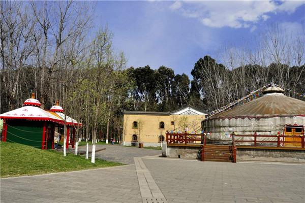 看高原天地人 游云南民族村 云南民族村位于云南省昆明市西南郊的滇池之畔,占地面积89公顷,是反映和展示云南二十六个民族社会文化风情的窗口,是国家AAAA级旅游景区、国家民委民族文化基地,CIOFF中国委员会民间传统文化基地和国家民委全国首批民族工作联系点之一。村内聚集了云南傣族、白族、彝族、纳西族、壮族等25个少数民族村寨;展示的国家级民俗类非物质文化遗产节庆活动如火把节、泼水节、目瑙纵歌节等10余项;木鼓舞、锅庄舞、傈僳族民歌、彝族海菜腔等国家级、省级、民间音乐及歌舞类非物质文化遗产30余项;户撒刀制作