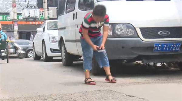 市民大意丢手机 8岁小学生原地等失主半小时