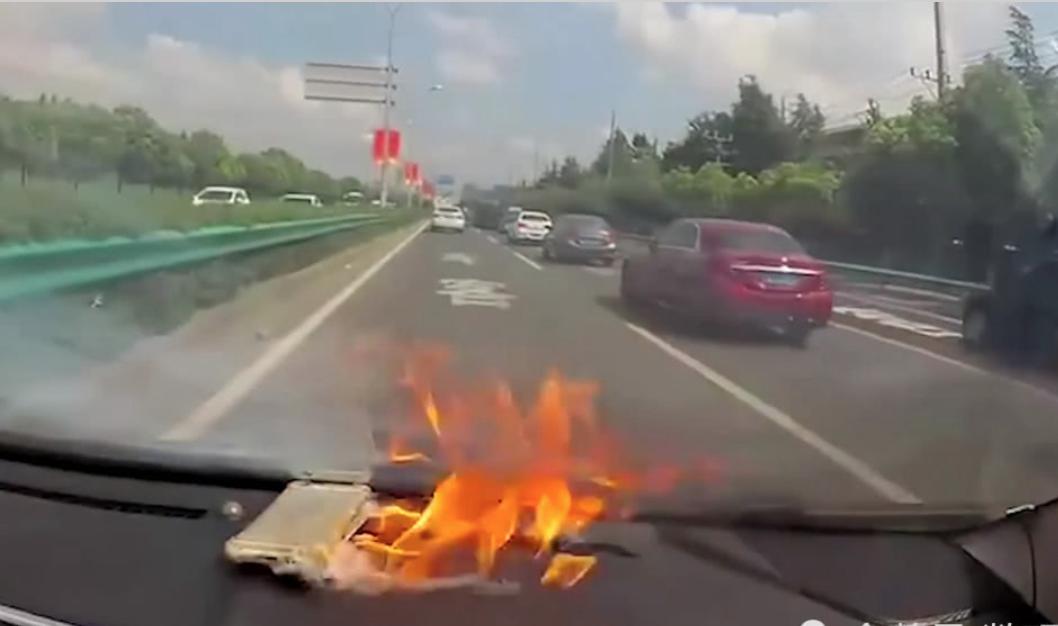 车开到一半iPhone两次爆炸 车载记录仪全程拍下
