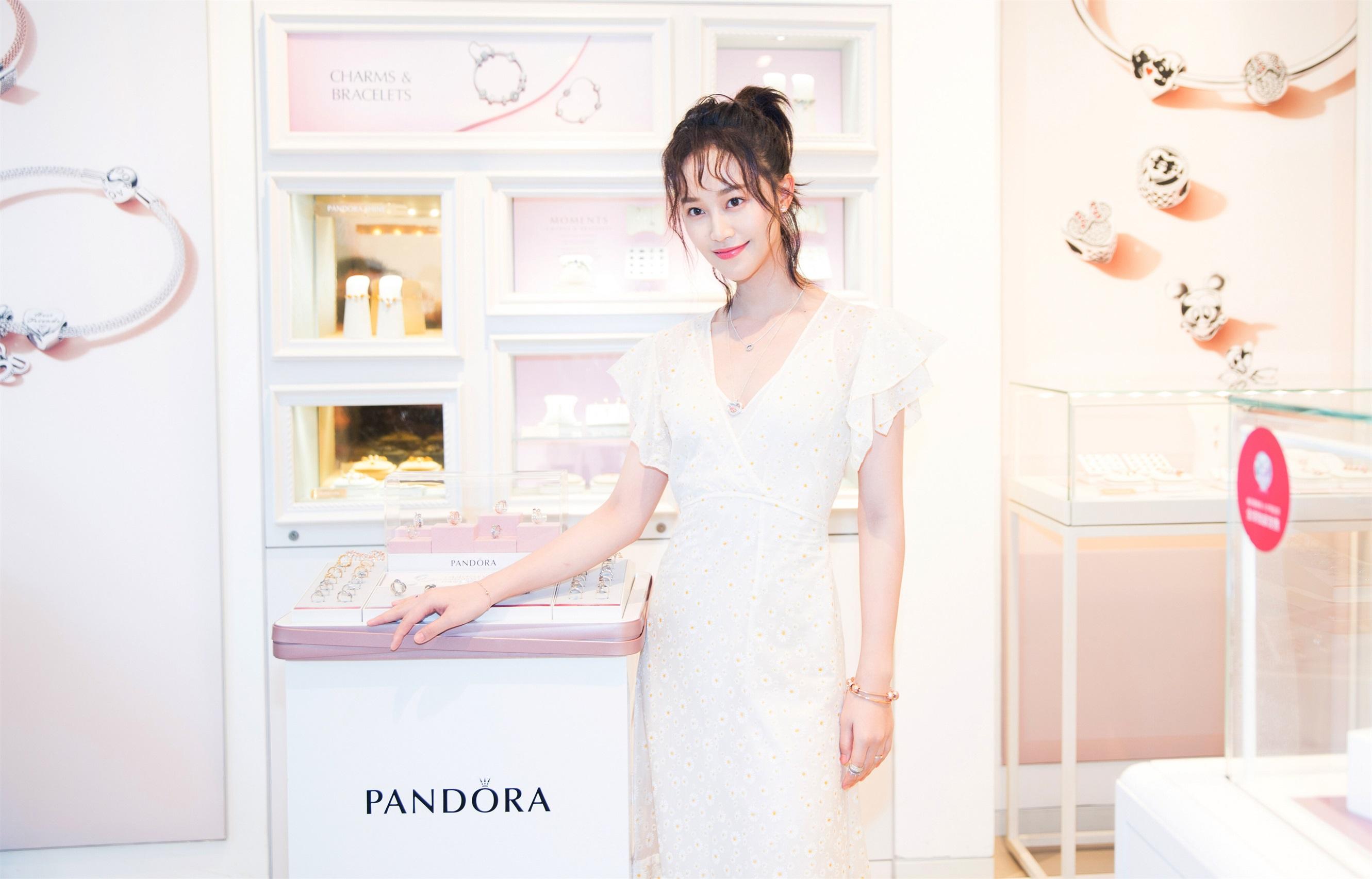 蓝盈莹出席活动造型时尚 清新优雅一展曼妙身材